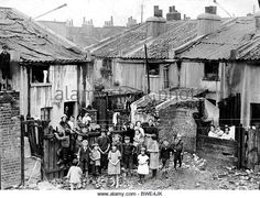 London Slums In 1925 Picture Shows The Corner Of Dupont Street Limehouse Vintage London, Old London, Old Photos, Vintage Photos, Irish Catholic, East End London, London Today, Slums, Thats The Way