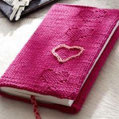 Gratisanleitung für eine Buchhülle mit Herz zu ihrem Lieblingsbuch Crochet Book Cover, Crochet Books, Handmade Diary, Diary Covers, Easy Crafts, Free Pattern, Projects To Try, Diy, Knitting Ideas