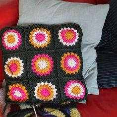 c o l o u r b l o g : sunburst flower cushion