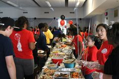 Era muchísimo comida a la cena de las familias de la escuela. Las familias representaron sus culturas diferentes en la comida. La noche fue divertido y una experiencia diferente a los estudiantes y los asistentes.