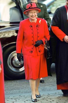 SUPER LOVELY PICTURE OF THE QUEEN........SHE LOOKS SO NICE IN RED.........ccp