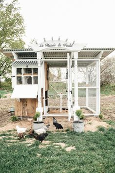 DIY Farmhouse Style Chicken Coop - Liz Marie Blog Pollo Loco, Pallet Chicken Coops, Moveable Chicken Coop, Large Chicken Coop Plans, Pallet Coop, Chicken Coop Blueprints, Small Chicken Coops, Chicken Coop Decor, Cheap Chicken Coops