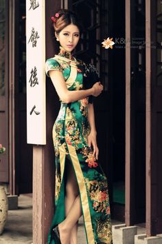 Gold and Emerald Chinese Cheongsam / Qipao. This one has definitely been modernized. Oriental Fashion, Asian Fashion, Chinese Fashion, Traditional Fashion, Traditional Dresses, Ao Dai, Hanfu, Fashion Bubbles, Fashion Vestidos