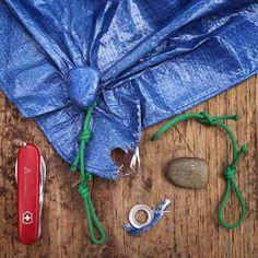 Comment faire lorsque votre bâche a un œillet déchiré ? Emballez un caillou dans le même coin avec de la ficelle.