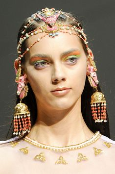 A hot, new collaboration between fashion designer Manish Arora and Amrapali Jewels gives traditional Indian jewellery a colourful, contemporary makeover. Jewelry Design Drawing, Gold Jewellery Design, Traditional Indian Jewellery, Indian Jewelry, Hair Jewelry, Fashion Jewelry, Fashion Clothes, Jewlery, Bracelets Design