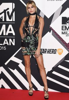 Look de Hailey Baldwin no red carpet do EMA 2015