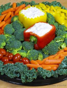 Vegetable Turkey on a Round Platter : Vegetable Tray - I like the idea using peppers as a holder for dip Two-in-one: a creative appetizer and a great center piece Veggie Platters, Vegetable Trays, Vegetable Salad, Vegetable Tray Display, Turkey Veggie Platter, Vegetable Cake, Relish Trays, Cooking Recipes, Healthy Recipes