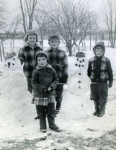 +~+~ Vintage Photograph ~+~+ Classic scene from the Notice the young girl in the front - wearing a skirt with pants under the skirt to keep warm. We were still required by society to wear a skirt in the dead of winter. Vintage Pictures, Old Pictures, Vintage Images, Old Photos, Black White Photos, Black And White, Look Vintage, Vintage Winter, Vintage Christmas