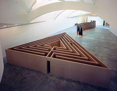 Robert Morris.  Sin título (Laberinto triangular) [Untitled (Triangular Labyrinth)], 1973  Madera. Muros de 300 cm de alto, pasillo de 60 cm de ancho.  Solomon R. Guggenheim Museum, Nueva York Colección Panza, 1991. 91.3815