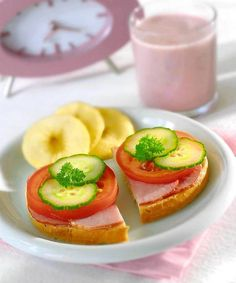 Dobrze by było, żeby każdy posiłek był pełnowartościowy i zawierał wszystko co niezbędne. Jednak nie katuj się tabelkami żywieniowymi. Jedz to, na co masz ochotę, starając się unikać słodyczy i chipsów.