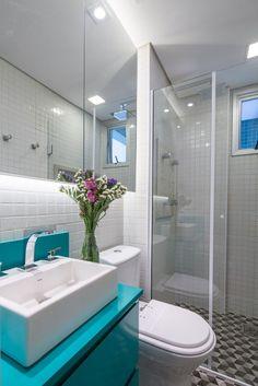 Quando falamos de banheiros pequenos muitas vezes as pessoas pensam que não podem decorar seus banheiros por conta do tamanho, mas é possível.