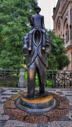 Estátua de Franz Kafka na cidade de Praga na Republica Tcheca.