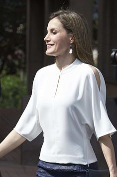 Queen Letizia of Spain Photos Photos - Queen Letizia of Spain visits the University Institute of Tropical Diseases and Public Health of the Canary Island at the La Laguna University on April 2017 in Tenerife, Spain. Blouse Styles, Blouse Designs, Lace Blazer, Mode Top, Queen Letizia, Western Outfits, Womens Fashion For Work, Royal Fashion, Classy Outfits