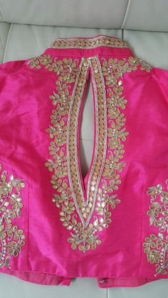 Discover recipes, home ideas, style inspiration and other ideas to try. Saree Blouse Neck Designs, Fancy Blouse Designs, Kurta Designs, Sari Blouse, Choli Designs, Lehenga Designs, Long Blouse, Hand Embroidery Dress, Embroidery Suits Design