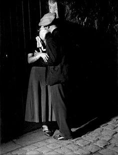 Brassaï, Lovers, Paris, 1930's. Estate Brassaï - RMN-Grand Palais