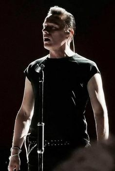 U2 -Larry Mullen -Vancouver ,Canada -12-05-2017.  Looks like Larry is singing, so where is the mic ?