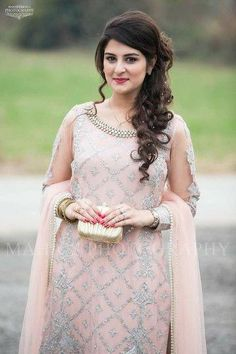 Party hairstyles 677088125210419561 - Trendy Haircut Curly Hair Long Hairstyles Ideas Source by Hairstyles For Long Dresses, Saree Hairstyles, Open Hairstyles, Wedding Hairstyles For Long Hair, Bride Hairstyles, Hair Wedding, Indian Party Hairstyles, 1930s Hairstyles, Belle