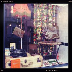 Thème Kaki et Vintage pour la vitrine de Novembre.  http://www.miniseri.com/