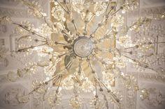 Dettagli, soffitto, lampadario di cristallo, sala imperiale Villa Caroli Zanchi, Wedding