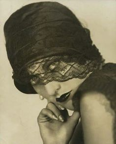 Marion Davies, 1920s.Very simple pose but the usage of the lace from the hat adds a nice look.