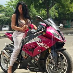 Image may contain: 1 person, sitting, motorcycle and outdoor Lady Biker, Biker Girl, Motorbikes Women, Motorbike Girl, Motorcycle Girls, Motorcycle Gear, Bike Rider, Hot Bikes, Biker Chick