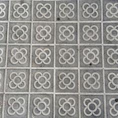 Baldosas del suelo de las calles de Barcelona