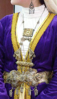 Одним из наиболее важных элементов материальной и духовной культуры народа является национальный свадебный костюм. Если говорить о крымскотатарском костюме традиционного общества, то очень кратко его можно охарактеризовать следующим образом. Согласно обычаю, девушка для своего свадебного платья выбирала понравившийся отрез из тех тканей, которые были всвадебном даре жениха агъыр-нишан, который обычно преподносился за неделю или несколько … Читать далее «10 фактов о крымскотатарском…
