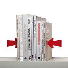 Arrow Kitap Durdurucu. Oklar onca kitabı nasıl durduruyor?   Her ne kadar oklar durduruyormuş gibi gözükse de, iki başta yer alan kitapların içine gizlenen metal parçalar bu görevi üstleniyor. Mıknatıslı oklar, metal parçalara tutunuyor ve şaşırtıcı bir yanılsama sağlıyor. #continuum #ArrowKitapDurdurucu
