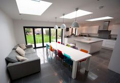Love the big windows/doors and all that light – inside out – Home decoration ideas and garde ideas Kitchen Diner Extension, Open Plan Kitchen Diner, Open Plan Kitchen Living Room, Kitchen Family Rooms, New Kitchen, 1930s House Extension, House Extension Design, Extension Ideas, Conservatory Extension