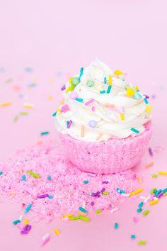 Diy bath bombs cupcake 70 Ideas for 2019 Pastel Cupcakes, Glitter Cupcakes, 21st Gifts, Diy Gifts, Cupcake Bath Bombs, Bath Bombs Scents, Glitter Bomb, Glitter Hair, Bath Bomb Recipes