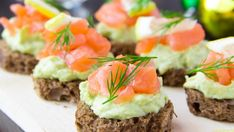 Whole Wheat Canapes with Avocado Cream and Salmon Light Appetizers, Healthy Appetizers, Appetizer Recipes, Party Recipes, Avocado Cream, Cooking Recipes, Healthy Recipes, Clean Eating Snacks, Finger Foods