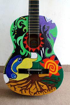 Es una guitarra a pedido con un diseño personalizado hecha con acrílicos.