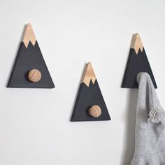 15 Decor Ideas For Creating A Woodland Nursery Design A woodland nursery theme is one that is great for both boys and girls. Here are 15 decor ideas inspire your woodland nursery design. Baby Boy Rooms, Baby Boy Nurseries, Kids Rooms, Baby Cribs, Mountain Nursery, Mountain Bedroom, Mountain Decor, Ideias Diy, Woodland Nursery Decor