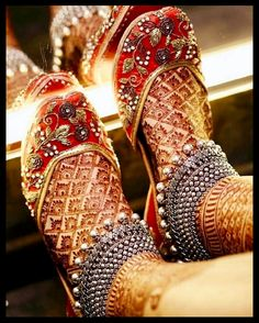 If you are shopping jewelry for your wedding then check latest Payal designs ideas 2019 for bride & her bridesmaids. Get some beautiful anklet designs 2019 that will make your feet look gorgeous. Payal Designs Silver, Silver Anklets Designs, Silver Payal, Anklet Designs, Latest Bridal Mehndi Designs, Wedding Mehndi Designs, Henna Designs, Ring Designs, Indian Wedding Jewelry