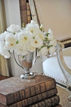 Antique books stacked with white flowers in silver trophy Jeanne D'arc Living, Old Trophies, Trophy Cup, Home And Deco, Antique Books, Vintage Books, Walk In Wardrobe, My New Room, White Flowers