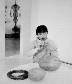 """Ruth Asawa. escultora estadounidense japonesa. Conocida en San Francisco como la """"dama fuente"""", su obra se encuentra en importantes colecciones en el Museo Guggenheim y el Whitney de Nueva York."""