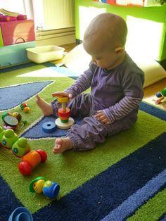 Wie Babys sitzen lernen und warum zu frühes Hinsetzen schädlich ist