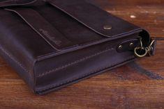 Тёмно-Коричневая сумка из кожи - ручной работы Сумка разделена внутри на 2 равных отделения. Закрывается на кнопках. Длина ремешка не регулируется. Ремешек