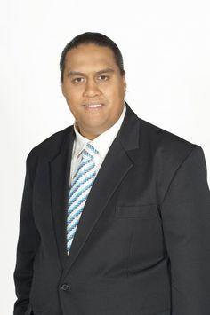 Ko Kingi Kiriona tenei. Ko ia te Kai kawe korero ma runga pouaka whakaata mo Te Karere.