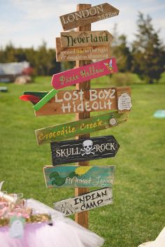 Neverland wooden sign post at a child's Peter Pan birthday party. Take a closer look at this whimsical party theme and all of the magical details that made it perfect! Peter Pans, Fête Peter Pan, Peter Pan Party, Peter Pan Wedding, Disney Birthday, Pirate Birthday, Fairy Birthday, Zoella Birthday, Disney Themed Party