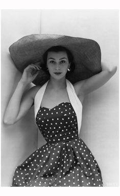 Anne Gunning vogue june 1951 Photo Don Honeyman