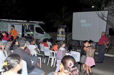 Cine Solar foi sucesso em Vitoriana  -   Dentro da programação estabelecida para o mês de abril, em comemoração ao 162º aniversário de Botucatu, Vitoriana parou na noite de quarta-feira (19) para curtir sessão de cinema ao ar livre. O projeto Cine Solar, uma realização da CPFL Energia, em parceria com a Prefeitura de Botucatu, - http://acontecebotucatu.com.br/cultura/cine-solar-foi-sucesso-em-vitoriana/