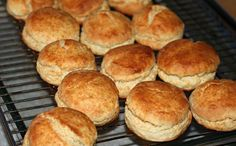 Aprende a preparar scones con esta rica y fácil receta. Los scones son unos pequeños bollos de pan originarios de Escocia y muy populares en el Reino Unido. En esta... Pan Dulce, Sin Gluten, Pain, Waffles, Bakery, Food And Drink, Tasty, Sweets, Bread