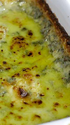 Delicioso gratinado de espinafre com queijo.
