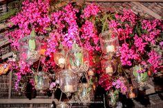 Por Katia Criscuolo #flores #flowers #luzes #velas #candles #chandelier #lustre #weddingdecor #wedding #idea #inspiration#decor #weddingidea #inspirationwedding #casamento #decordecasamento