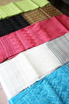 Rebozo mexicano. En 1572, en la Historia de las Indias, el dominico Diego Durán ya hace mención del rebozo, prenda mestiza por excelencia, que nació de la necesidad que tenían las mujeres mestizas de cubrirse para entrar a los templos. Inspirándose en las tocas que los frailes impusieron a las mujeres indígenas, así como en los mantos que las españolas, los tejedores aprovecharon el telar prehispánico para tejer rebozos de algodón y más tarde de seda y de lana.