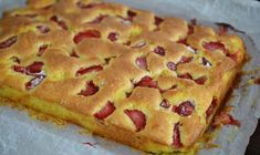 Pastry with yoghurt and strawberries / Yogurt and fruit cake No Cook Desserts, Sweets Recipes, Fruit Recipes, Desert Recipes, Baby Food Recipes, Baking Recipes, Cake Recipes, Delicious Deserts, Romanian Food
