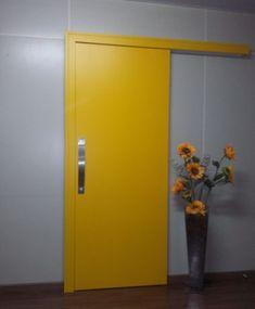 Porta com sistema de correr embutido, pintura de laca P.U amarelo acetinado (Sayerlack)