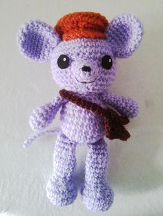 Por los pelos! Sonando ya la campana del inicio de las clases, pero aquí está el amigurumi de este mes: un ratoncito muy aplicado que se l...