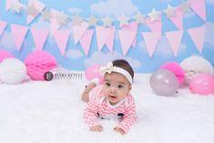 Foto de bebê em estúdio. Acompanhamento de 6 meses de menina em cenário fotográfico Babys, 6 Month Baby, Monthly Baby, Girl Photography, Kid Pictures, Side Dishes, Babies, Newborns, Baby Baby